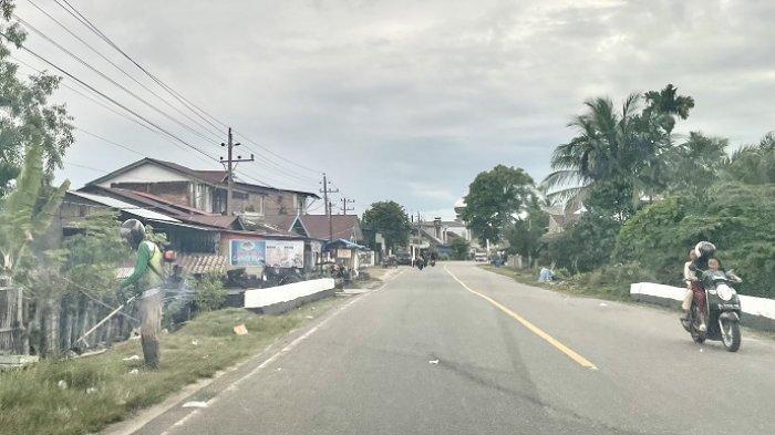 Pekerja Pembersih Rumput di Jalan Tapaktuan-Banda Aceh Masih Gunakan Mata Pisau, Ini Tanggapan BPJN