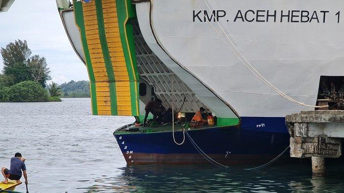 Kapal Aceh Hebat 1 Sedang Dalam Perbaikan di Simeulue