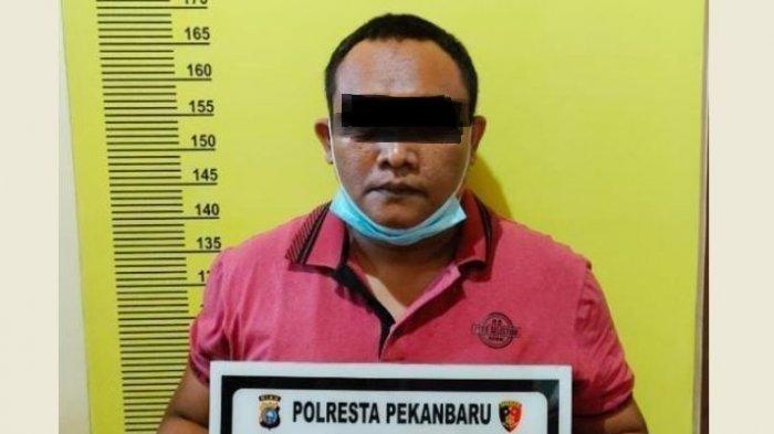 Pelaku pembuatan surat bebas Covid-19 palsu di bandara Pekanbaru.
