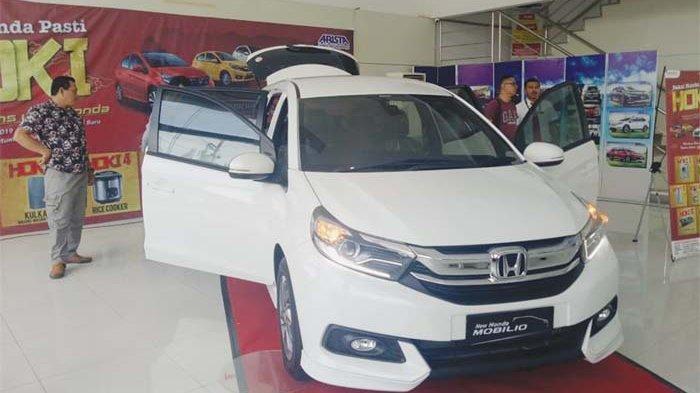 PELANGGAN melihat New Honda Mobilio yang diluncurkan di  Diler Honda Arista Banda  Aceh, Sabtu (23/2).