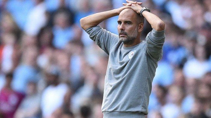Manajer Manchester City Spanyol Pep Guardiola meletakkan kedua tangannya di atas kepala seusai gagal mengalahkan Southampton di Stadion Etihad, Manchester, Inggris, Sabtu (18/9/2021)