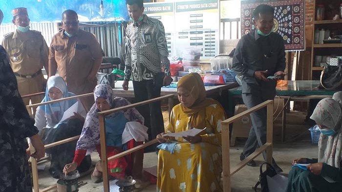 Bank Aceh Syariah Bireuen Latih Keterampilan Membatik Ibu-ibu di Kecamatan Makmur