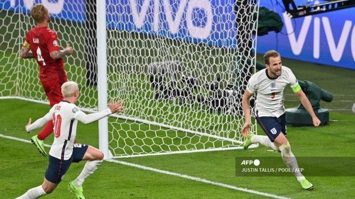 Pemain depan Inggris Harry Kane (kanan) melakukan selebrasi setelah mencetak gol kedua pada pertandingan sepak bola semifinal UEFA EURO 2020 antara Inggris dan Denmark di Stadion Wembley di London pada 7 Juli 2021.
