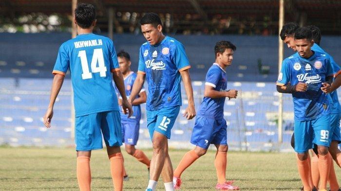 Kerangka Tim Utama Persiraja Sudah Terbentuk, Ini Kata Pelatih Hendri Susilo - pemain-persiraja-sedang-berlatih-rutin-di-stadion-h-dimurthala-banda-aceh.jpg