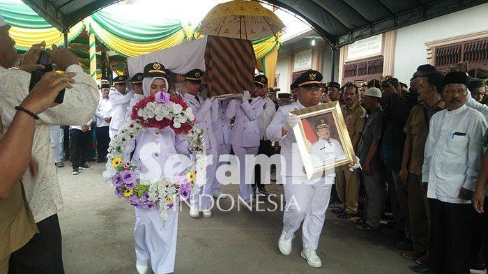 FOTO-FOTO: Jenazah Bupati Bireuen H Saifannur Dikebumikan di Samping Makam Putranya