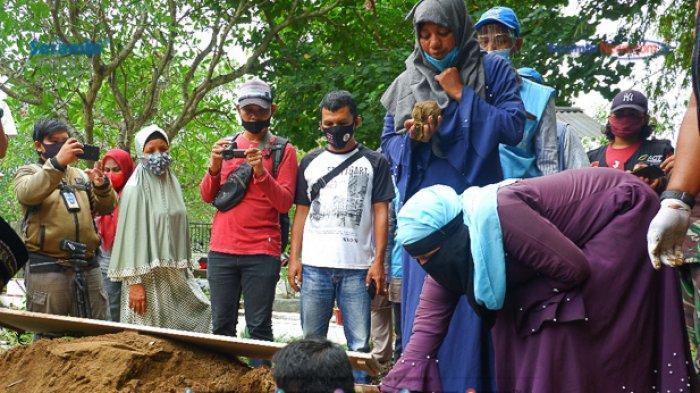 FOTO - Suasana Haru Saat Pemakaman Gadis Rohingya di TPU Kuta Blang, Lhokseumawe - pemakaman-gadis-rohingya-4.jpg