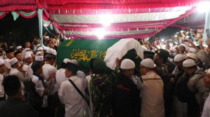 Saat Jenazah Ustaz Arifin Ilham Dimasukkan ke Liang Lahat, Ribuan Pelayat tak Kuat Menahan Air Mata