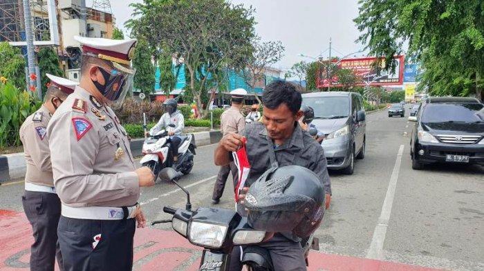 Jelang HUT Ke-75 RI dan Antisipasi Covid-19, Dirlantas Polda Aceh Bagi 1.000 Masker Merah Putih