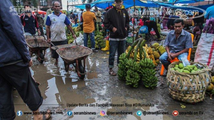 FOTO - Wajah Pasar Induk Lambaro Ketika Musim Hujan, Pedagang Berjualan Diantara Kubangan Lumpur - pembeli-dan-pedagang-bertransaksi-pada-jalan-becek.jpg