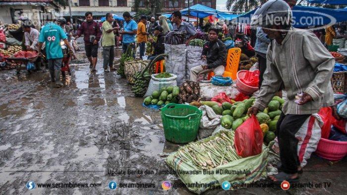 FOTO - Wajah Pasar Induk Lambaro Ketika Musim Hujan, Pedagang Berjualan Diantara Kubangan Lumpur - pembeli-dan-pedagang.jpg