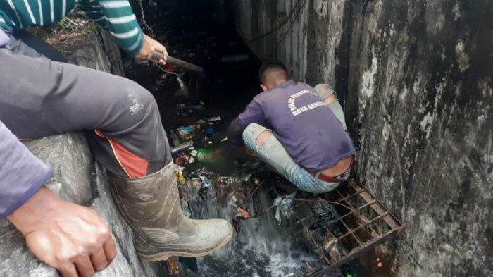 PUPR Banda Aceh Bersihkan Penyumbatan Parit, Atasi Banjir, Imbau Jangan Buang Sampah Sembarangan