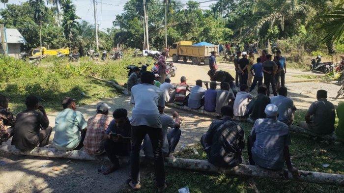 Warga Blokir Jalan Kuta Makmue, Kecewa Jalan Tak Kunjung Diperbaiki