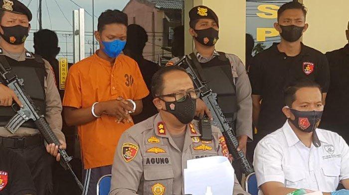Kapolres Langsa, AKBP Agung Kanigoro SH SIK MH didampingi Kasat Reskrim AKP Arief Sukmo Wibowo SIK saat merilis kasus pembunuhan tersebut.