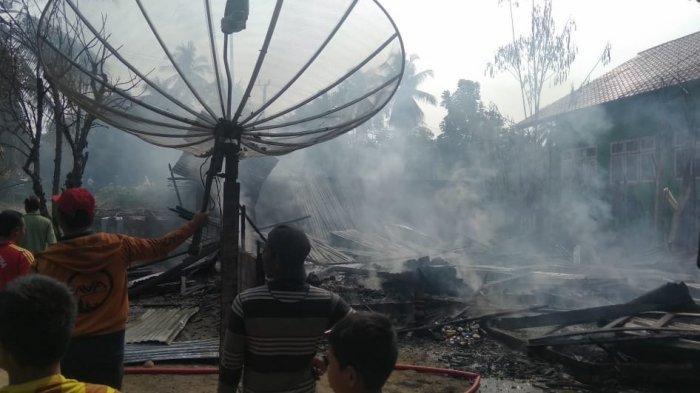 Wanita Ini Pingsan Saat Melihat Kobaran Api Melumatkan Rumahnya di Aceh Utara