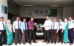 Pemimpin Bank Aceh Syariah Cabang Jeuram Serahkan Mobil Untuk Nasabah