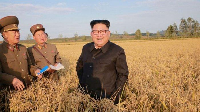 Pemimpin Korea Utara Kim Jong Un mengunjungi Pertanian No. 1116 KPA Unit 810 dalam foto yang disiarkan hari Jumat (29/9) oleh Pusat Agensi Berita Korea Utara (KCNA) di Pyongyang.