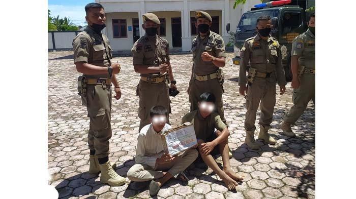Petugas Satpol PP Kota Banda Aceh membawa dua peminta-minta diduga berkedok mencari bantuan untuk pesantren dibawa ke Rumah Singgah Dinsos Banda Aceh, di Lamjabat, Kecamatan Meuraxa, Banda Aceh, Selasa (30/3/2021)