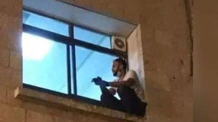 Pemuda Ini Panjat Dinding dan Duduk di Jendela Melihat Ibunya yang Dirawat karena Positif Covid-19