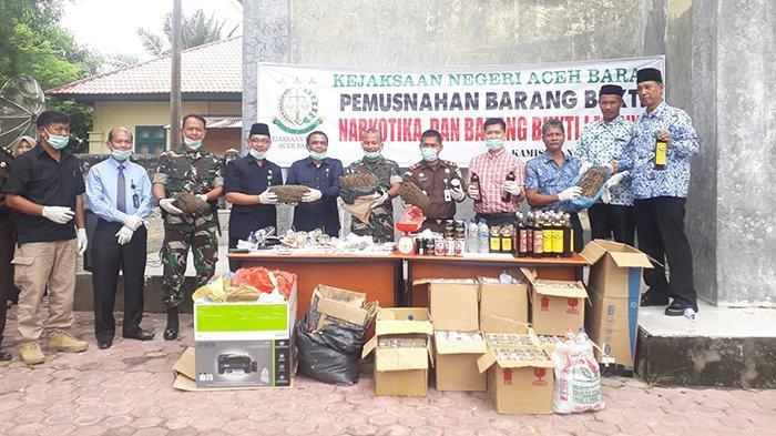 Kejari Aceh Barat Musnahkan Barang Bukti Ganja, Sabu-sabu hingga Minuman Keras