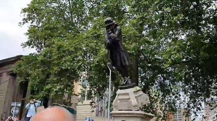 Demo Kematian George Floyd di Inggris, Patung Edward Colston Dibuang ke Sungai, Ini Alasannya