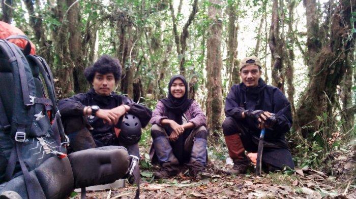 Said Murthaza Almahdaly (36/kanan) sebagai Teamleader rangkap Navigator dan Rescue. Sultan Refi Pobri Fonna (23/kiri) sebagai Sweeper-1 rangkap Dokumentasi dan Logistik serta satu-satunya perempuan dalam tim, yakni Nova Zahara (23) sebagai Sweeper-2 dalam ekspedisi pendakian di pegunungan utara Gayo Lues tepatnya di wilayah Tripe Jaya