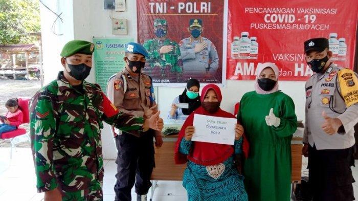Babinsa dan Bhabinkamtibmas Pulo Aceh Dampingi Pelaksanaan Vaksinasi di Lampuyang