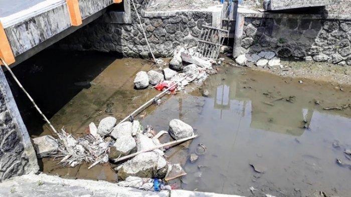 Geger! Warga Temukan Mayat Bayi dalam Kaleng Roti yang Hanyut di Parit, Tersangkut di Batang Bambu