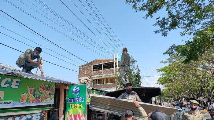 Tim Gabungan Tertibkan Bangunan Liar dan Kanopi di Pasar Lambaro, Begini Suasananya