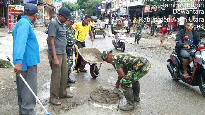 TNI di Aceh Utara Cor Jalan Berlubang di Keude Krueng Geukueh, Minimalisir Kecelakaan