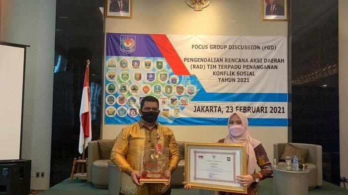 Kesbangpol Aceh Terima Piagam Penghargaan Capaian Kinerja Tim Aksi Terpadu Penanganan Konflik Sosial