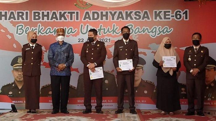 Tiga Pegawai Kejari Bireuen Terima Penghargaan