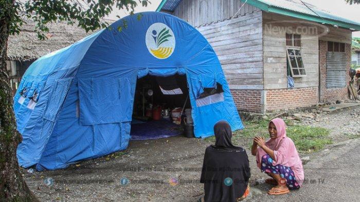FOTO - Kondisi Terkini Fenomena Tanah Bergerak di Lamkleng Aceh Besar - pengungsi-duduk-di-dekat-tenda.jpg