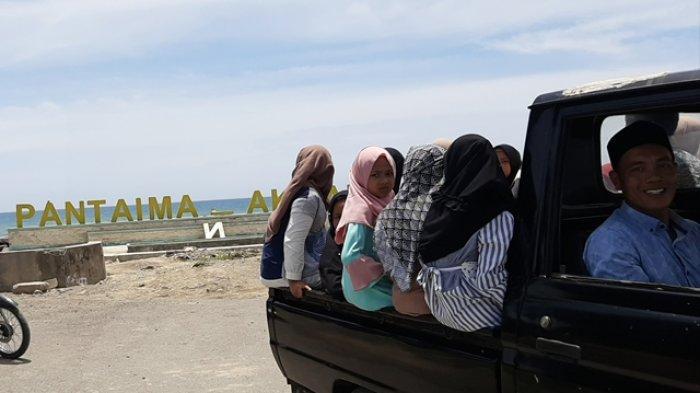 Mak-mak Masih Blokir Objek Wisata Pantai Mantak Tari, Pengunjung Dihalau Pulang