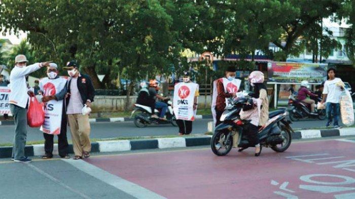 PKS Banda Aceh Gelar Takjil ke Pengguna Jalan
