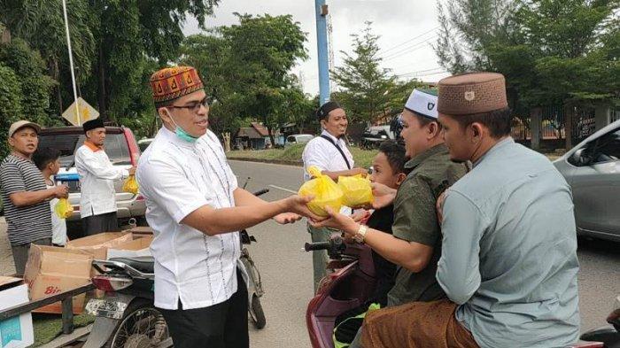 Fraksi PKS DPRK Aceh Besar Bagikan Ratusan Takjil Kanji Rumbi kepada Pengguna Jalan dan Masyarakat