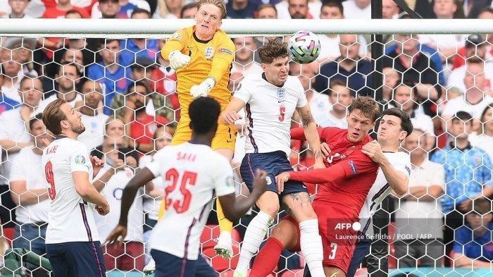 Penjaga gawang Inggris Jordan Pickford (kiri atas) bangkit untuk meninju bola saat pertandingan sepak bola semifinal UEFA EURO 2020 antara Inggris dan Denmark di Stadion Wembley di London pada 7 Juli 2021.