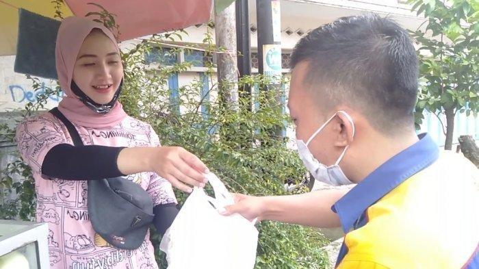 Penjual Rujak Cantik Viral di Medsos, Biasanya Laku 10 Kg Menjadi 100 Kg Per Hari