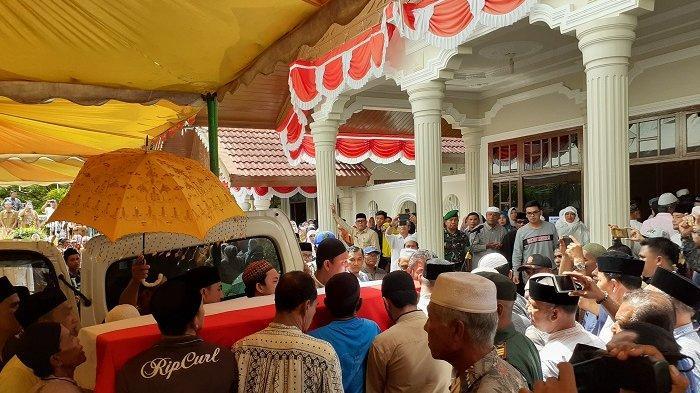 Isak Tangis Warnai Penyambutan Jenazah Bupati Azwir