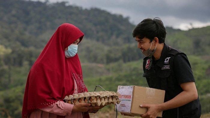 Telusuri Jalan Berbatu dan Berliku, ACT Lhokseumawe Antar Ratusan Paket Bantuan ke Kampung Mualaf