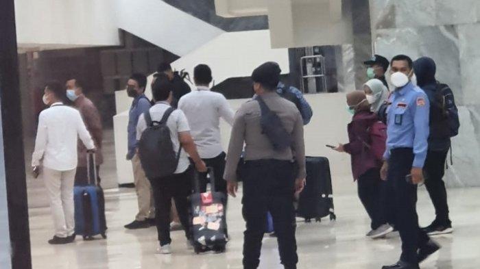 Kurang Lebih 4 Jam Geledah Ruang Kerja Azis Syamsuddin, Penyidik KPK Boyong 5 Koper