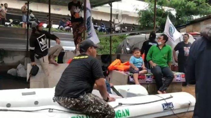 Viral Polisi Sita Perahu Karet dan Lucuti Atribut FPI saat Evakuasi Banjir, Begini Klarifikasinya