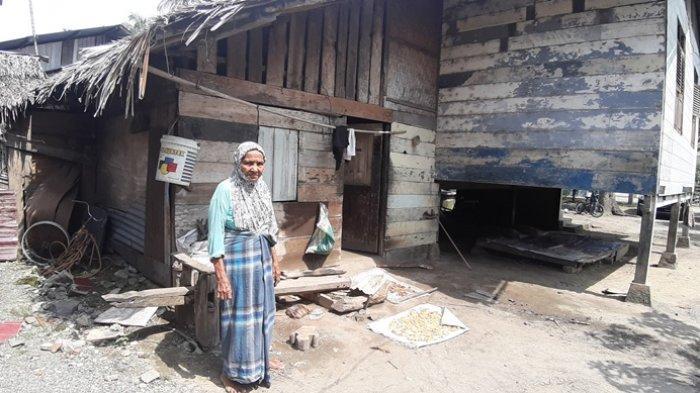 Nenek Hatizah, Perajin Atap Daun Rumbia di Aceh Besar yang Sudah Gulung Tikar