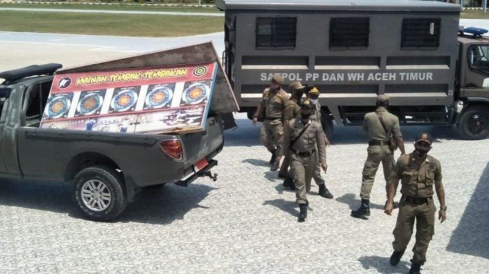 Satpol PP Tertibkan Barang Dagangan di Lapangan Puspemkab Aceh Timur