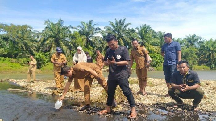 Besok, Hasil Uji Laboratorium Sampel Air Pencemaran Krueng Tadu Nagan Raya Diambil ke Banda Aceh