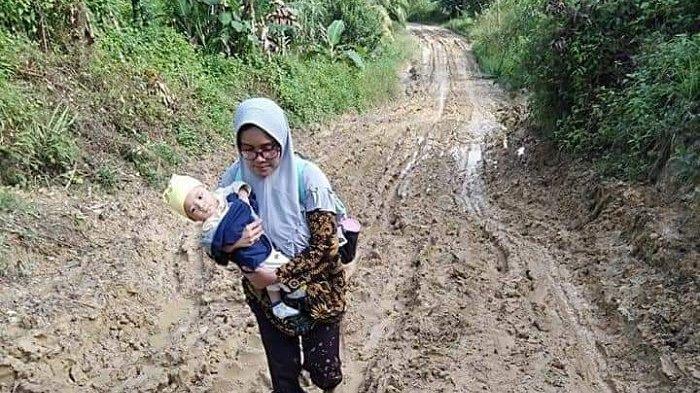 Gendong Bayi di Jalan Berlumpur, Perjuangan Guru Menuju Sekolah Daerah Terpencil di Aceh Timur
