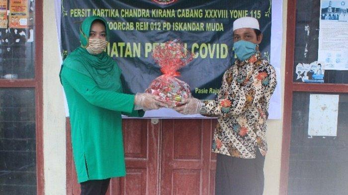 Persit Yonif RK 115/ML Bagi-Bagi Sembako, Masker dan Nasi Kotak