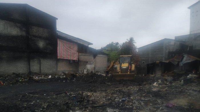 Pasca Kebakaran Keude Rundeng, BPBD Aceh Selatan Bantu Bersihkan Puing-Puing Rumah Warga