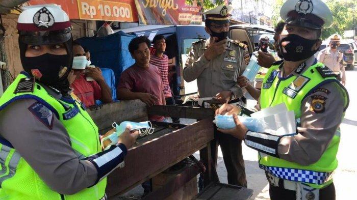 Ditlantas Polda Aceh Bagikan Masker untuk Penumpang di Terminal L300 Lueng Bata