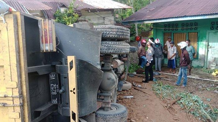 Satu Unit Mobil Pengangkut Sawit dari Nagan Raya Terbalik di Abdya