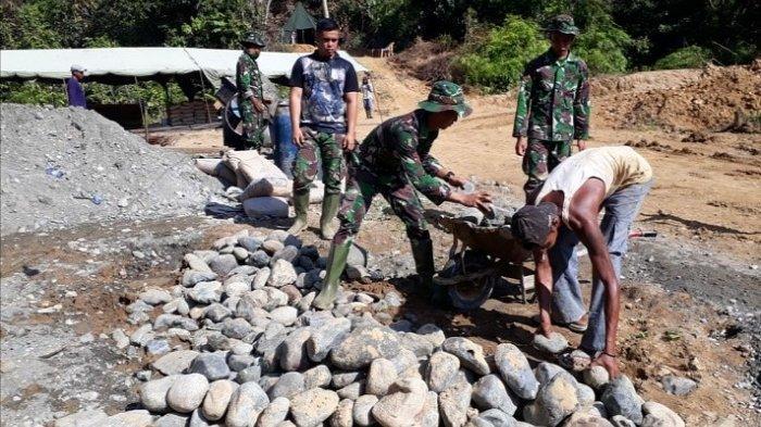 TNI dan Warga Kerahkan Tenaga Bangun Box Culver, Sukseskan Program TMMD Ke-108 di Aceh Barat